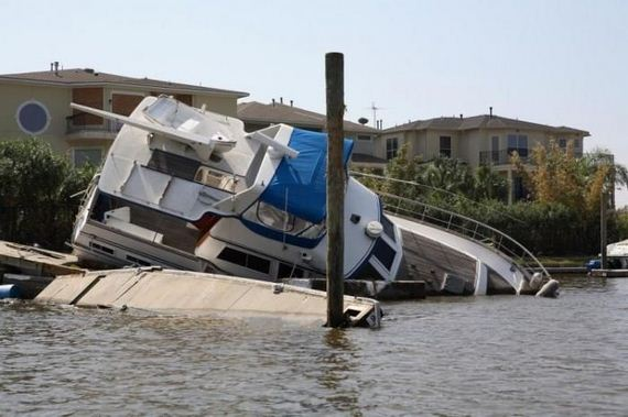 01 Crashed Yachts image gallery