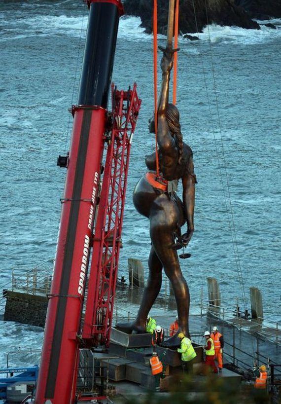 giant-bronze-statue