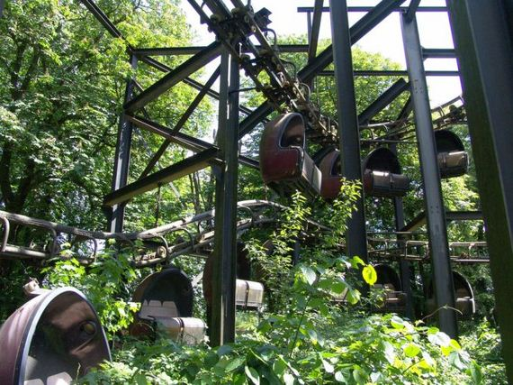 haunting_photos_of_an_abandoned_german_amusement_park