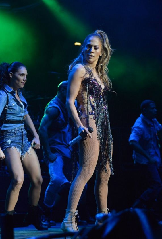 Jennifer-Lopez-performs