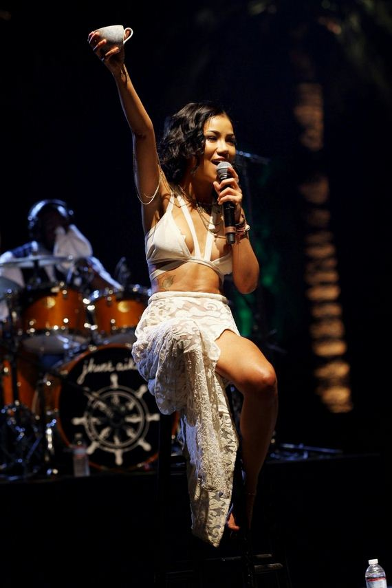 Jhene Aiko Boobs Slip Performing at Coachella 2014 - Barnorama
