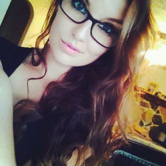 hot_girls_who_make_glasses