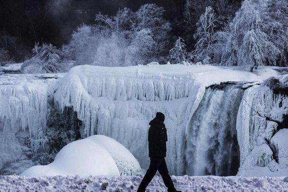 niagara_falls_comes_frozen