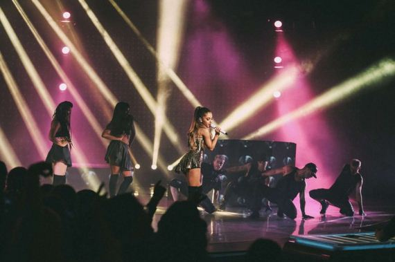 Ariana-Grande -Performs
