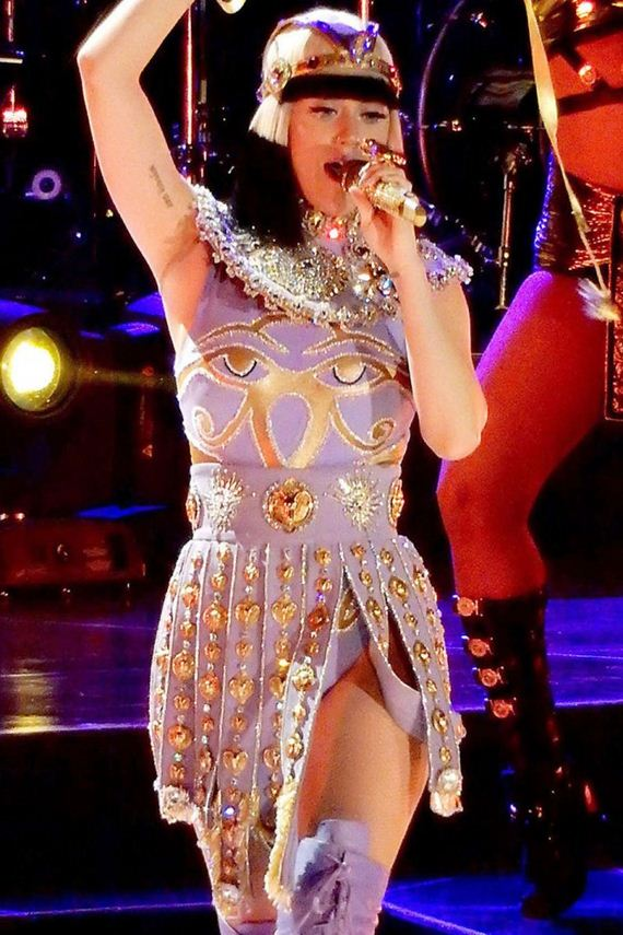 Katy-Perry -Performs