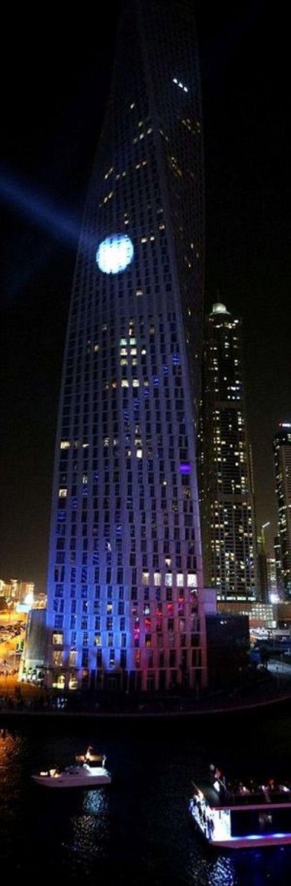 man-climbs-dubais-twisted-tower