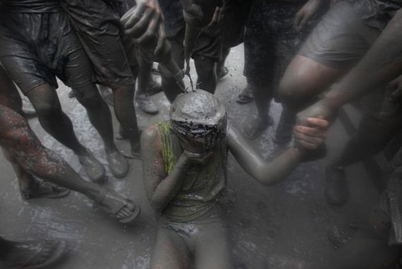 bathing_in_the_mud_festival
