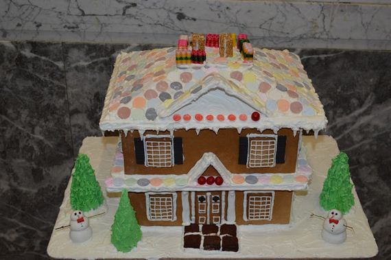 05-holiday-spirit-gingerbread-house