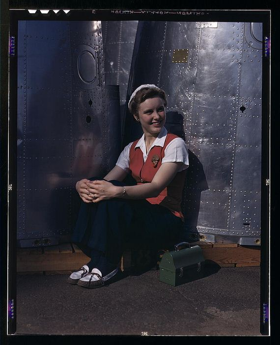 19-Female-Riveters-During-WWII