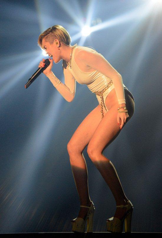 02-Miley-Cyrus-Feet