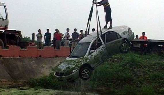 05-pond_car