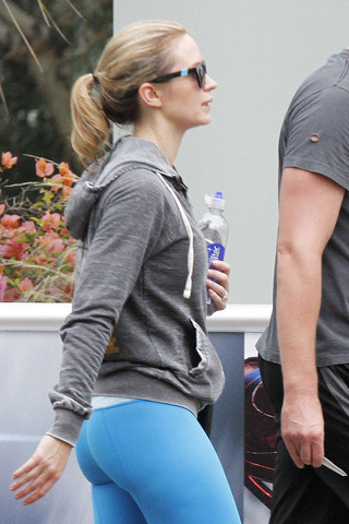 Emily-Blunt-Blue-Tights_3