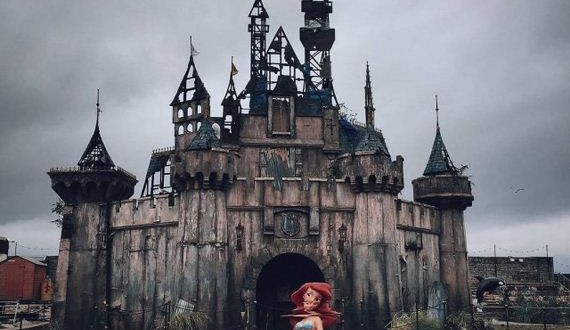 01-Welcome-Dismaland