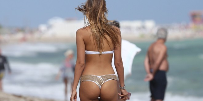 US & UK CLIENTS MUST ONLY CREDIT KDNPIX Melissa Castagnoli looks great as she hits the beach in Miami, FL   Ref: SPL1185974  281115   Picture by: KDNPIX  Splash News and Pictures Los Angeles:	310-821-2666 New York:	212-619-2666 London:	870-934-2666 photodesk@splashnews.com