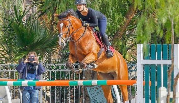 07-Kaley-Cuoco-Horse