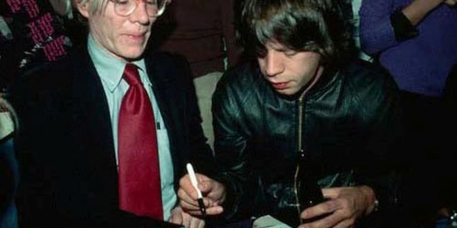 02-celebrities_signing_autographs