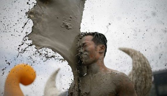 01-bathing_in_the_mud_festival