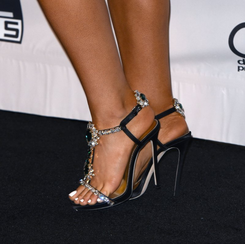 ariana-grande-s-legs-and-feet0189141811470399115