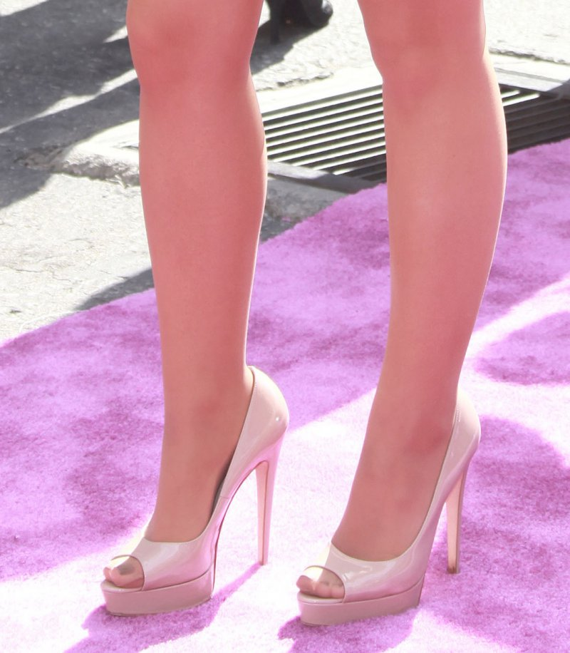 ariana-grande-s-legs-and-feet1156367741470399117