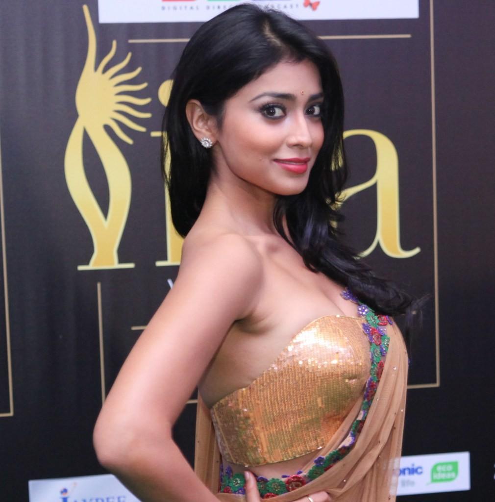 shriya-saran-hot-looking-image