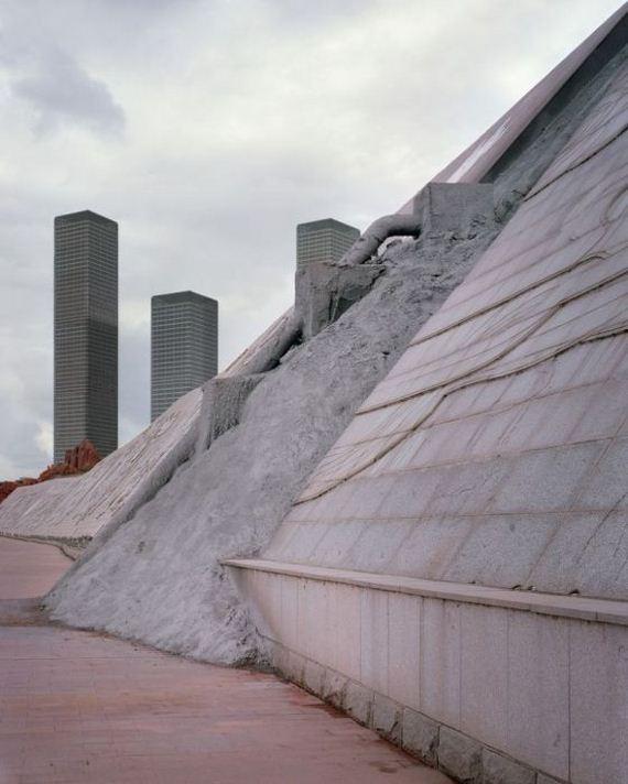 03-abandoned_futuristic_city