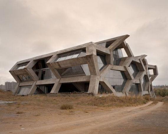 07-abandoned_futuristic_city