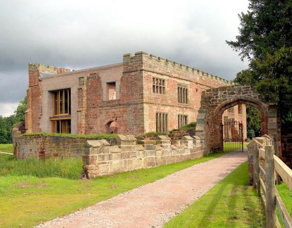 12-old_castle_in_the_modern_house