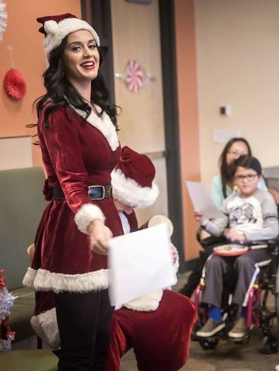 08-katy-perry-visiting-a-childrens-hospital