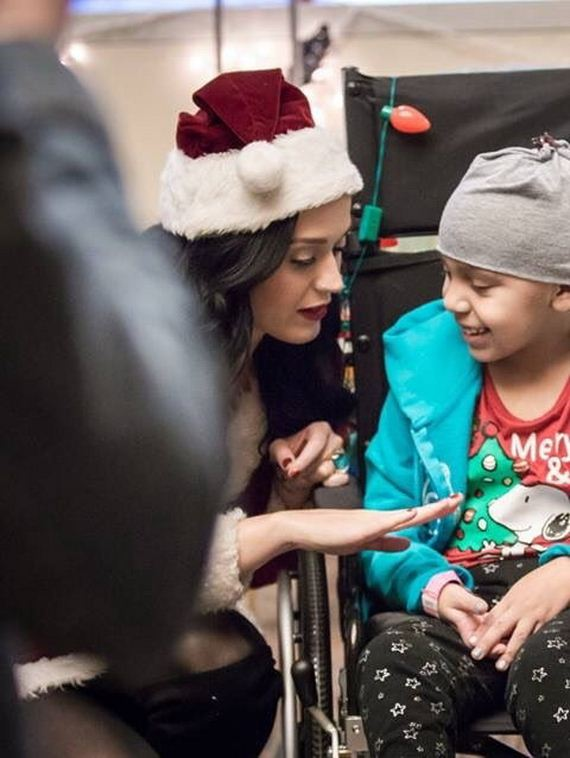 11-katy-perry-visiting-a-childrens-hospital