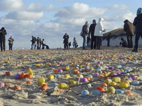 01-flood_of_plastic_eggs