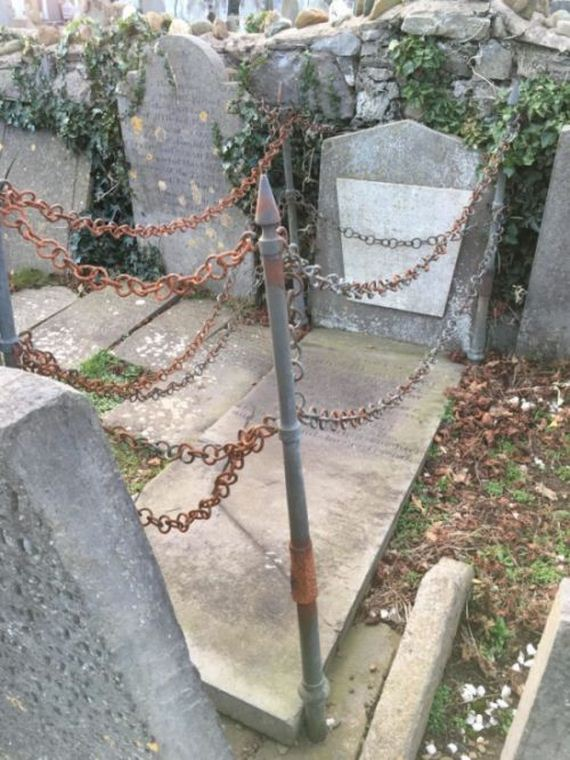02-chained_grave