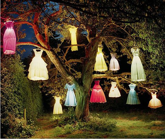 cool-tree-dresses-lanterns-night-decoration