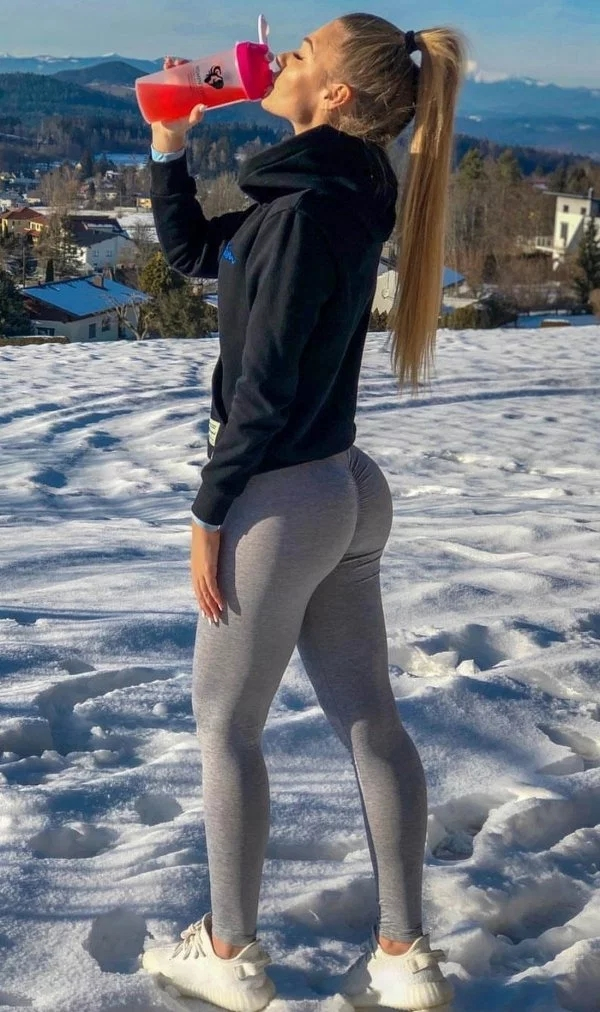 36 Sexy Girls In Yoga Pants - Barnorama