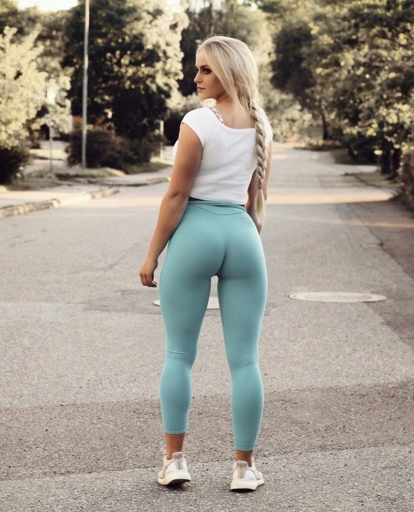 teen-girl-tight-yoga-pants-tumblr