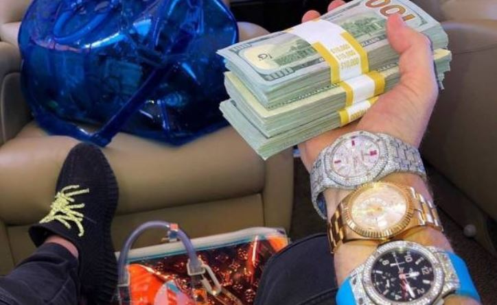 27 Expensive Watch Owners That Can't Live Without Taking Photos Of Them